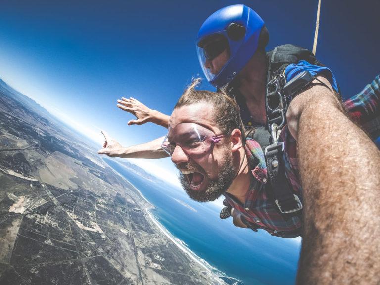 En man hoppar fallskärm i Kapstaden