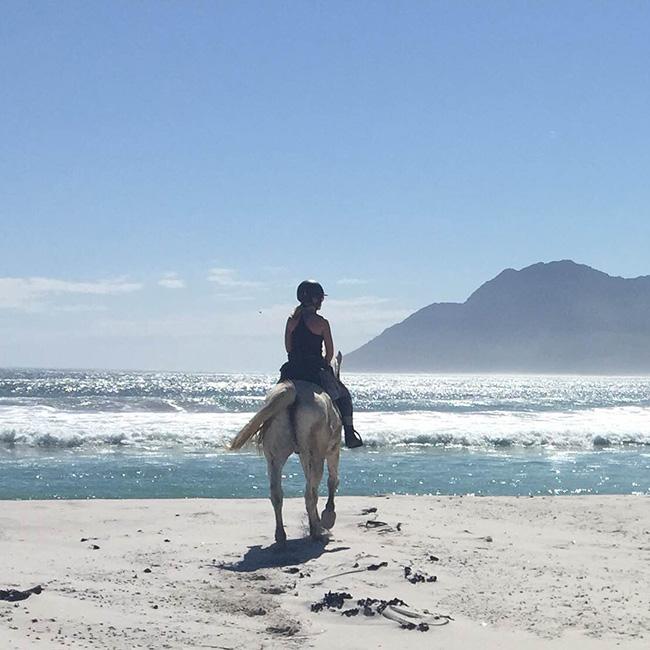 Rida på stranden i Kapstaden
