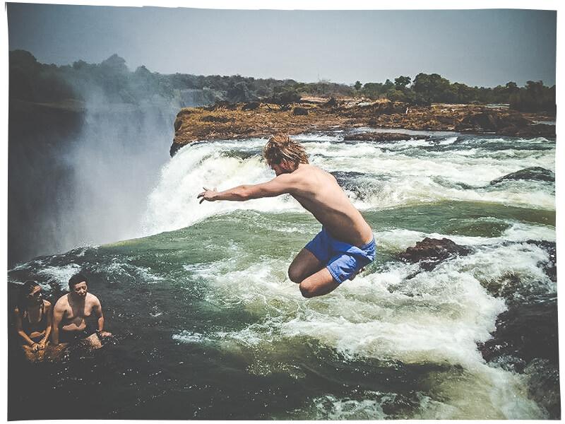 Bada i Devils Pool under en resa till Victoriafallen